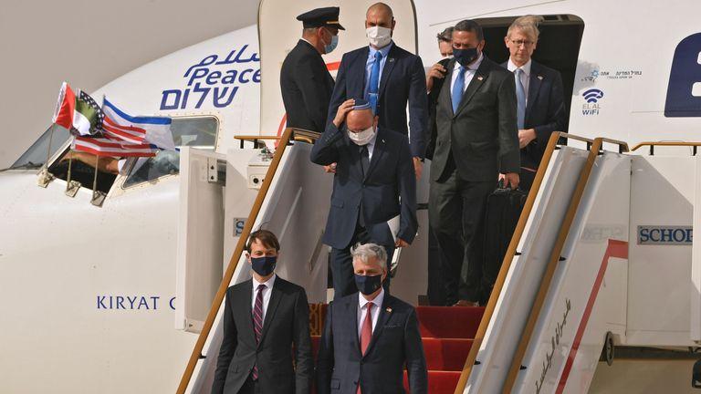 US Presidential Adviser Jared Kushner (CL) and US National Security Adviser Robert O'Or & # 39;  Brienne (CR) from flight
