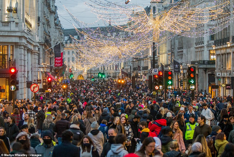 Regent Street in London shocked shoppers at the start of what was expected to be a £ 1.5 billion spending spree on Saturday.