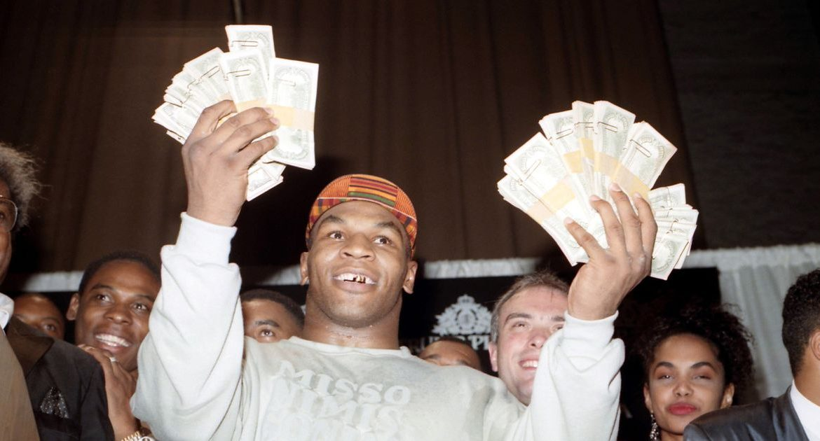 Mike Tyson gives Tim Witherspoon £ 2000 out of a bag full of cash