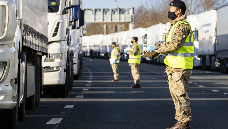 Ciężarówki, które utknęły na autostradzie M20