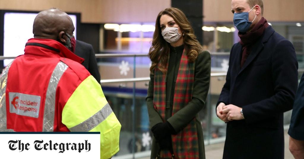 The Duke and Duchess of Cambridge get a festive farewell from Shaken Stevens
