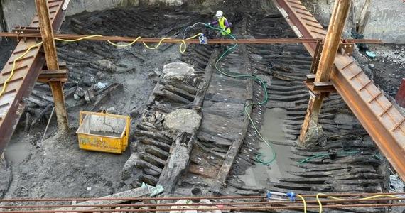 Kilka metrów pod ziemią, w starej części Lizbony, robotnicy budowlani odkryli pozostałości pochodzącego z XVII-wiecznego okrętu. Archeolodzy nie mają wątpliwości, że jednostką tą portugalscy żeglarze odbywali podróże przez Atlantyk.