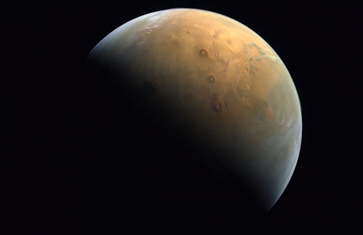 """The United Arab Emirates showed an image of Mars.  """"Moment of penetration"""" - O2"""