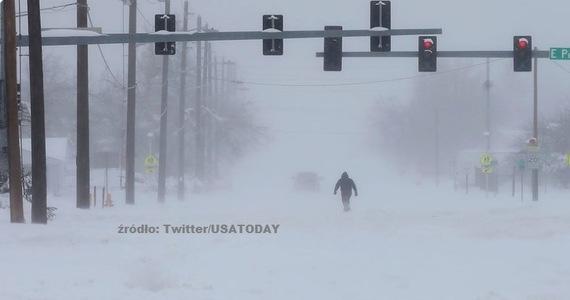 Burza śnieżna, która przetoczyła się w weekend przez stany Kolorado, Wyoming i Nebraskę pozostawiła dziesiątki tysięcy ludzi bez dostaw energii elektrycznej. W rezultacie opadów ciężkiego i mokrego śniegu zablokowane zostały drogi i odwołano ponad dwa tysiące lotów.