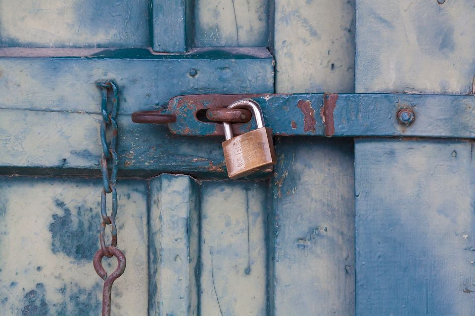 A way to deal with thieves?  The solution is to be an invisible lock