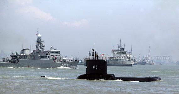 """Na wodach Indonezji trwa walka z czasem. Poszukiwany jest okręt podwodny KRI Nanggala 402, który po ćwiczeniach torpedowych nie zgłosił się do bazy. Tamtejsza Marynarka Wojenna obawia się, że okręt znajduje się na głębokości 700 metrów – 200 metrów głębiej, niż jest przystosowany. Załodze tlenu wystarczy do soboty. """"Módlmy się, żeby przeżyli"""" – mówi rzecznik indonezyjskiej floty Julius Widjojono."""