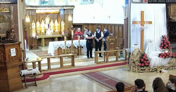 Podczas nabożeństwa wielkopiątkowego, które odbyło się w polskim kościele Chrystusa Króla w Balham w południowym Londynie, wkroczyła policja przerywając liturgię - podał portal Wielka Brytania Online. Jeden z przybyłych na miejsce policjantów oznajmił zgromadzonym wiernym, że zostały złamane restrykcje epidemiczne i nakazał opuścić kościół pod groźbą grzywny.