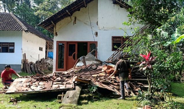 """The earthquake """"was very strong and lasted for a very long time.""""  At least seven people died"""