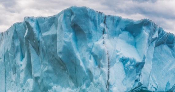 Po Morzu Weddela dryfuje największa góra lodowa na świecie - wynika z danych Europejskiej Agencji Kosmicznej (ESA) i agencji rządowej British Antarctic Survey. Obiekt ma powierzchnię 4320 km kwadratowych, co oznacza, że jest cztery razy większy niż Nowy Jork. Góra ochrzczona mianem A-76 odłamała się od lodowca szelfowego Ronne na Antarktydzie.