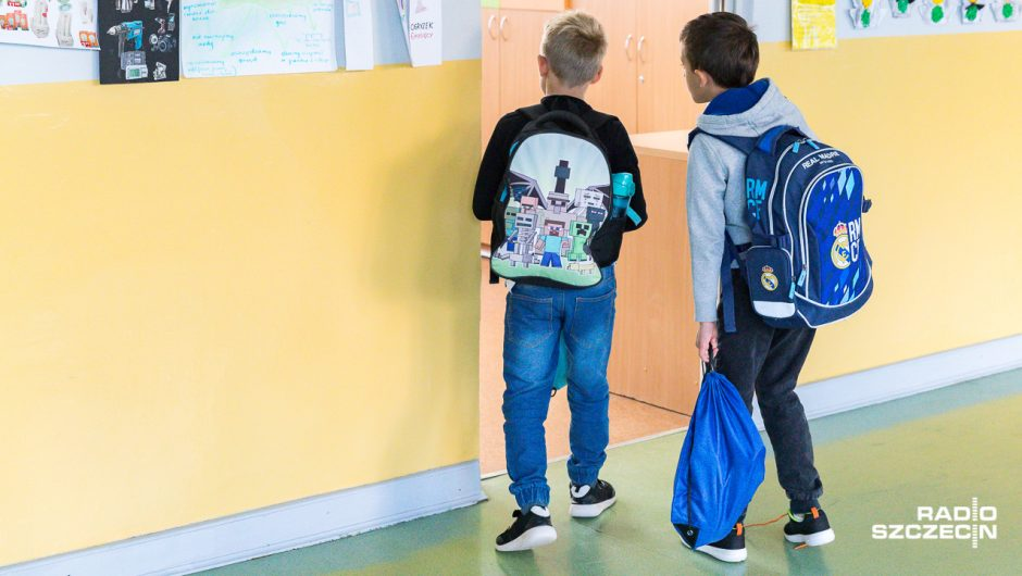 From Monday in schools, learning in a hybrid system - Poland and the world