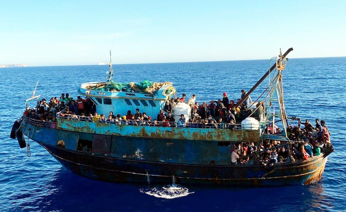 Lampedusa.  Five boats with migrants, nearly a thousand people, including a newborn baby