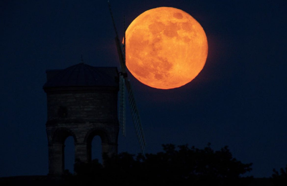 Let the giant moon be ready to please heavenly lovers