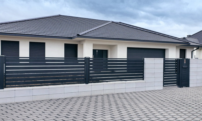 Vertical or horizontal - which fence to choose?  - a house