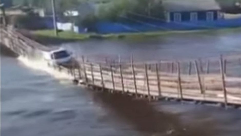 Russia.  The bridge collapsed under a passing truck.  Cannot find the car [WIDEO]    world News