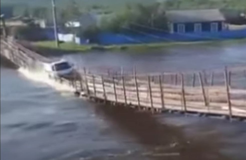 Russia.  The bridge collapsed under a passing truck.  Cannot find the car [WIDEO] |  world News