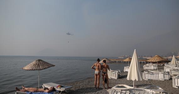 Wczasowiczów ewakuowano z plaż łodziami ratunkowymi, gdy pożary lasów zagroziły hotelom w kurorcie Bodrum na Morzu Egejskim. Jak podały tureckie media, do statków straży przybrzeżnej dołączyły prywatne łodzie i jachty, aby zapewnić turystom bezpieczeństwo.