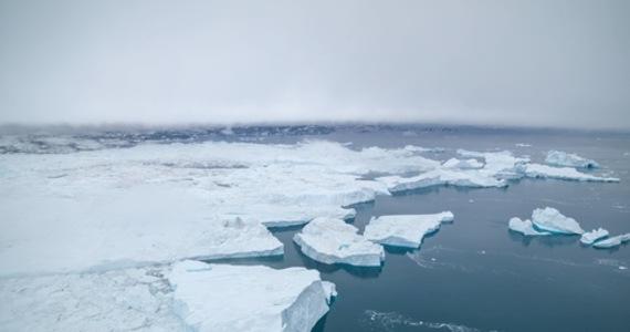 Ekstremalne opady pojawiły się 14 sierpnia na najwyższym punkcie lądolodu Grenlandii, na wysokości 3216 metrów n.p.m. Na pokrywę lodową spadło wówczas 7 miliardów ton wody, co wystarczyłoby, aby wypełnić staw przed pomnikiem Lincolna w National Mall w Waszyngtonie prawie 250 000 razy - oblicza amerykańska stacja CNN. To był trzeci raz w ciągu niecałej dekady i ostatni odnotowany w tym roku dzień, w którym stacja szczytowa National Science Foundation zanotowała temperaturę powyżej zera.