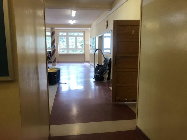 Pracownicy szkoły odpowiedzialni za przygotowanie budynku na wrzesień podkreślają, że mają wiele obowiązków / Michał Dobrołowicz