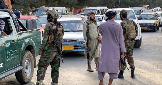 Ambasada Stanów Zjednoczonych w Kabulu zawiesza swoją działalność - poinformowało we wtorek amerykańskie przedstawicielstwo dyplomatyczne w stolicy Afganistanu w oświadczeniu zamieszczonym na stronie internetowej. Rzecznik talibów powiedział z kolei, że jego rząd chce utrzymać dobre relacje z USA.