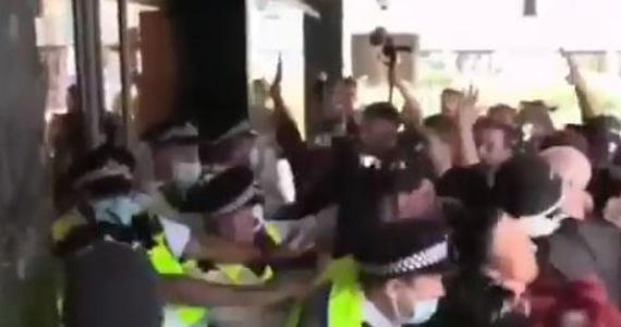 Co najmniej kilkudziesięciu antyszczepionkowców próbowało po południu wedrzeć się do dawnej siedziby stacji BBC w zachodnim Londynie. Przed budynkiem doszło do przepychanek i szarpanin z pilnującymi wejścia policjantami.