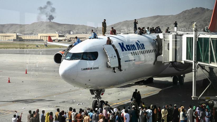 Lotnisko w Kabulu. Afgańczycy uciekają z kraju