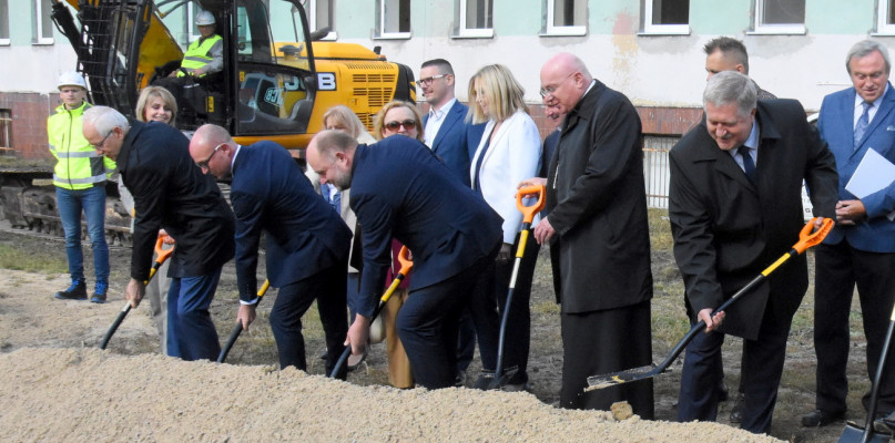 The president and the bishop grabbed their shovels to the beat of the music!  This is how the construction of 155 million PLN began