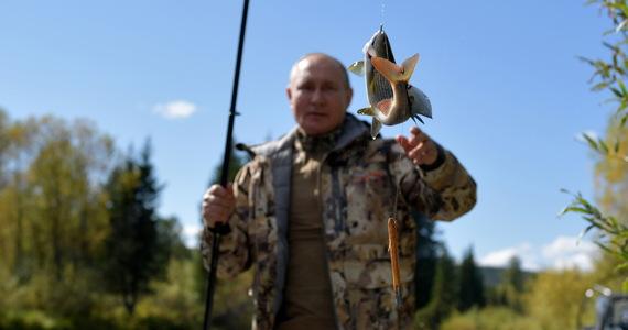 W sieci pojawiły się zdjęcia Władimira Putina, który razem z ministrem obrony Siergiejem Szojgu spędził kilkudniowy urlop na Syberii. Politycy łowili ryby, oglądali legowiska niedźwiedzi i nocowali w namiocie w tajdze.