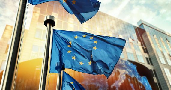 """""""Parlament Europejski wyraża zdecydowaną solidarność z Litwą, Polską i Łotwą"""" w sprawie sytuacji na granicy z Białorusią. Jednocześnie jednak """"wyraża zaniepokojenie brakiem przejrzystości na polsko-białoruskiej granicy"""" i wzywa polskie władze do zapewnienia dostępu mediom i organizacjom pozarządowym do regionu objętego stanem wyjątkowym oraz do współpracy z Fronteksem. To zapisy projektu rezolucji w sprawie Białorusi, pod którym podpisały się 4 największe, prodemokratyczne frakcje Parlamentu Europejskiego: Europejska Partia Ludowa, socjaldemokraci (S&D), liberałowie (Renew Europe) i Zieloni. Nie ma pod tym projektem podpisu Europejskich Konserwatystów i Reformatorów, do których należy PiS (EKR)."""
