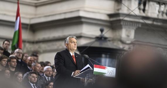Dziesiątki tysięcy Węgrów zebrały się w Budapeszcie, by upamiętnić antysowieckie powstanie z 1956 r. oraz wyrazić poparcie dla premiera Viktora Orbana przed wyborami parlamentarnymi w 2022 roku. W rozpoczynającym kampanię wyborczą przemówieniu Orban zarzucił UE i USA mieszanie się w sprawy jego kraju.
