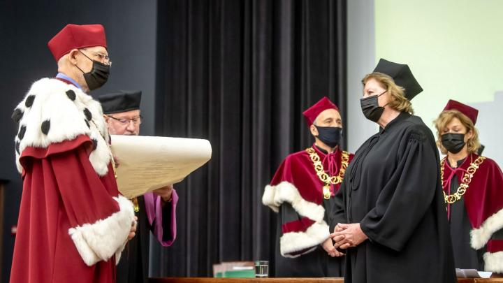 Torun / A.  Hanna Suchuka received an honorary doctorate from Nicolaus Copernicus University